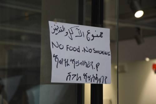 Gli immigrati nei negozi della stazione 2