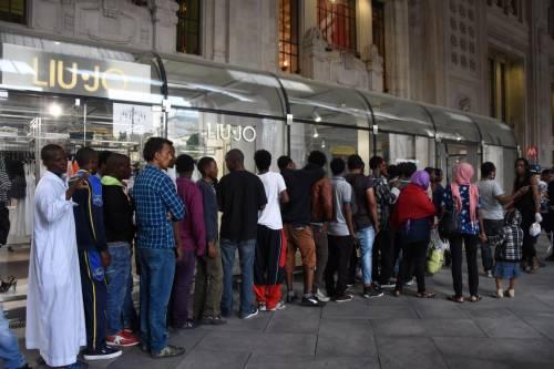 Gli immigrati nei negozi della stazione 3