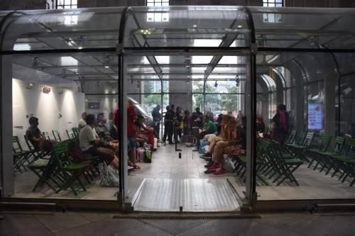 Gli immigrati nei negozi della stazione 6