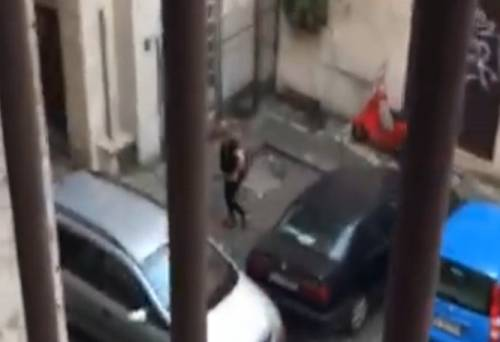 Turista fa la pipì in pieno centro a Roma