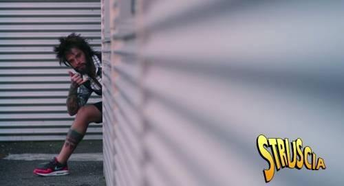 """Fedez, il video di """"Non c'è due senza trash"""" contro Barbara D'Urso 7"""