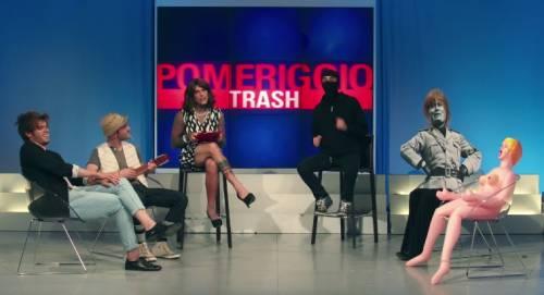 """Fedez, il video di """"Non c'è due senza trash"""" contro Barbara D'Urso 20"""