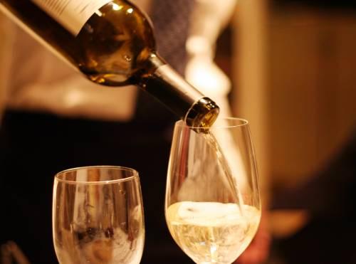 Ordina il vino al bar e muore poco dopo