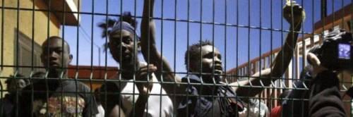Ospitati nel villaggio a 4 stelle, ma gli immigrati protestano in strada