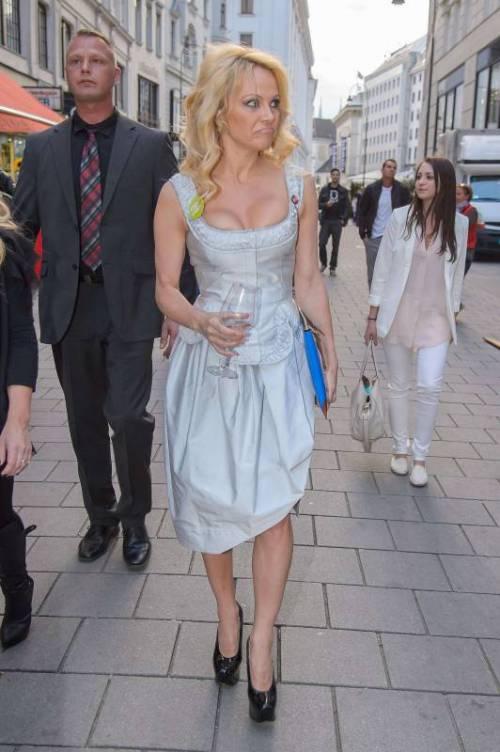 Pamela Anderson sexy e impegnata 24