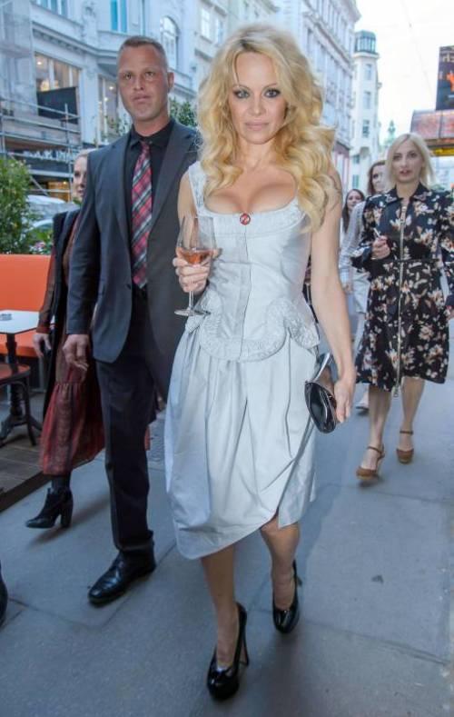 Pamela Anderson sexy e impegnata 30