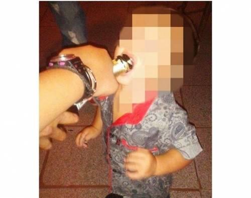 """Argentina, mamma choc: """"Mio figlio di tre anni beve e fuma come me, sono fiera"""""""