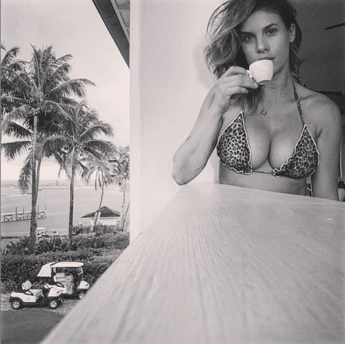 Elisabetta Canalis tra pubblico e privato su Instagram 24