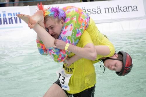 """Finlandia, il campionato del mondo di """"trasporto della moglie"""""""