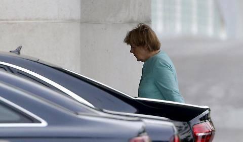 Il volto provato della Merkel dopo il referendum greco 5