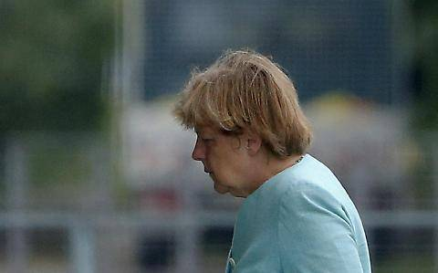 Il volto provato della Merkel dopo il referendum greco 4
