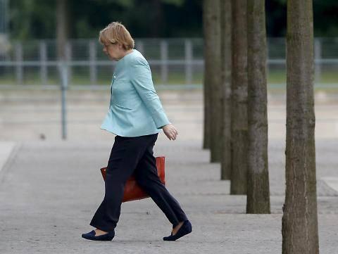 Il volto provato della Merkel dopo il referendum greco 7