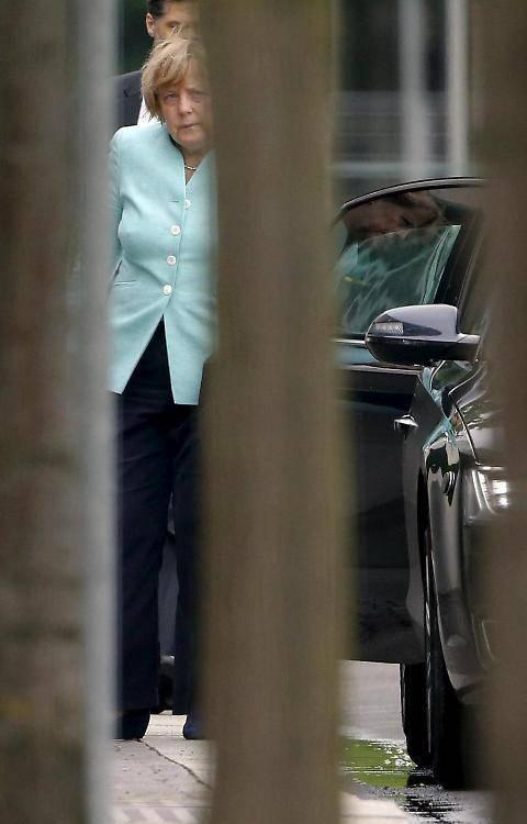 Il volto provato della Merkel dopo il referendum greco 6