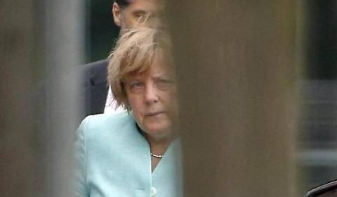 Il volto provato della Merkel dopo il referendum greco 2