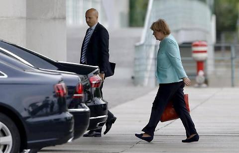 Il volto provato della Merkel dopo il referendum greco 10