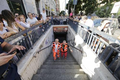 Roma, bimbo cade nel vano ascensore  5