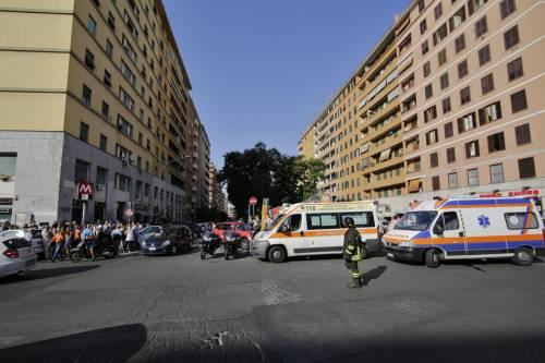 Roma, bimbo cade nel vano ascensore  9