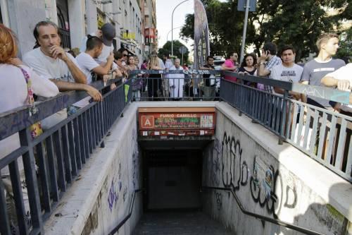Roma, bimbo cade nel vano ascensore  11
