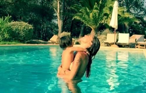 Belen Rodriguez: vacanza da single e il costume è hot 17