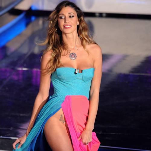 Belen Rodriguez: vacanza da single e il costume è hot 24