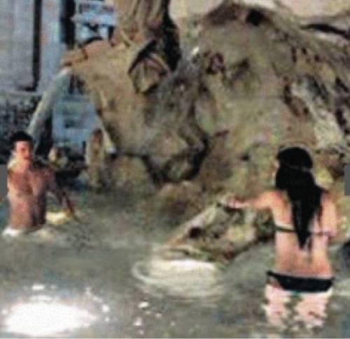 Turisti Usa fanno il bagno nella fontana del Bernini 3