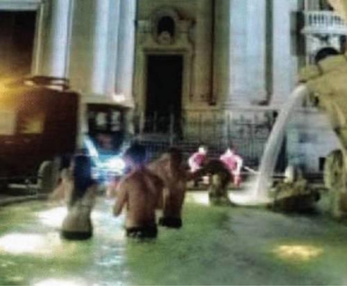 Turisti Usa fanno il bagno nella fontana del Bernini 4