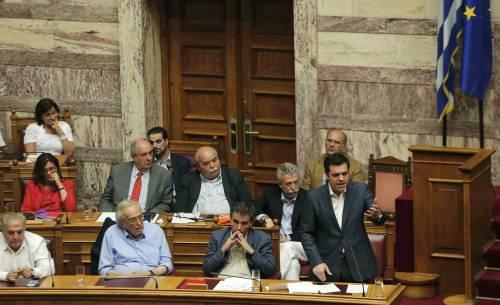 La Grecia si piega all'Ue: approvato il piano di riforme
