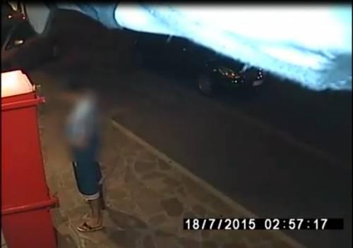 Degrado a Bologna: urina in strada ripreso dalle telecamere