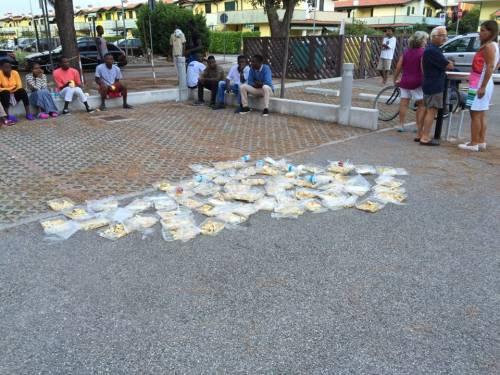 Eraclea, profughi protestano per il cibo e lo buttano in strada