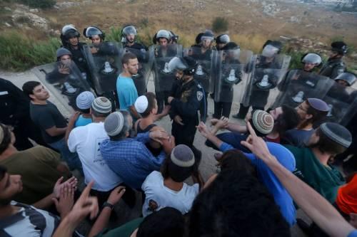 Tafferugli tra la polizia e i coloni a Beit El 4