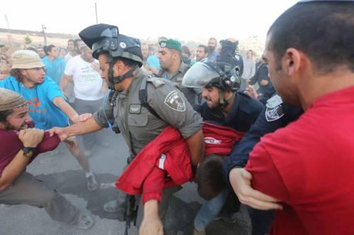 Tafferugli tra la polizia e i coloni a Beit El 7