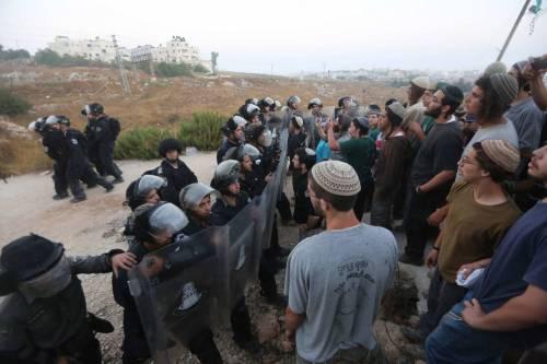 Tafferugli tra la polizia e i coloni a Beit El 8