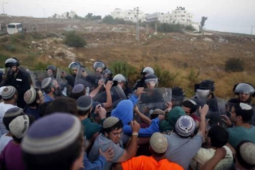 Tafferugli tra la polizia e i coloni a Beit El 2
