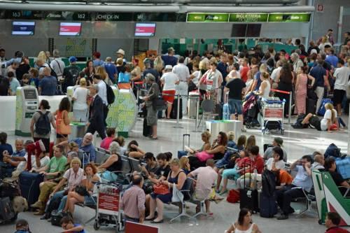 Lunghe file di passeggeri attendono ai check in a Fiumicino 1