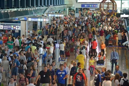 Lunghe file di passeggeri attendono ai check in a Fiumicino 3