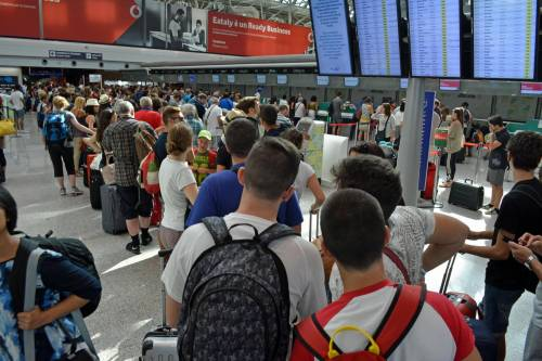 Lunghe file di passeggeri attendono ai check in a Fiumicino 6