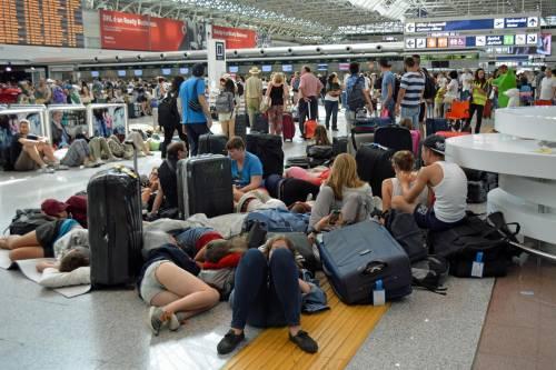 Lunghe file di passeggeri attendono ai check in a Fiumicino 5