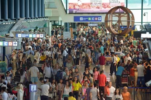 Lunghe file di passeggeri attendono ai check in a Fiumicino 4