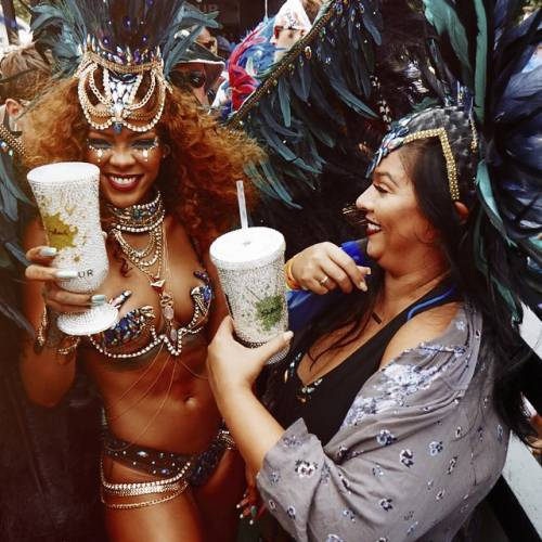 Rihanna: sexy al carnevale delle Barbados 7