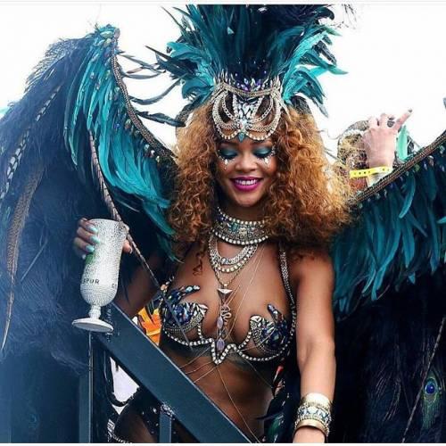 Rihanna: sexy al carnevale delle Barbados 6