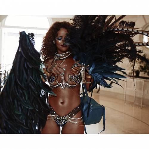 Rihanna: sexy al carnevale delle Barbados 5