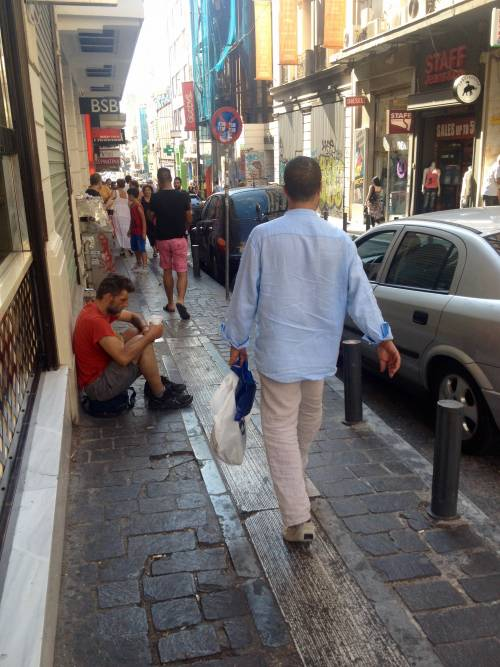 Atene, tra vetrine chiuse e ispettori del fisco 4