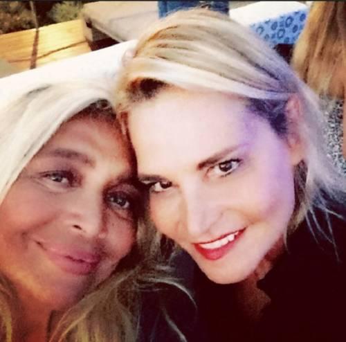 Simona Ventura e Mara Venier, è pace: amiche sotto il sole della Sardegna