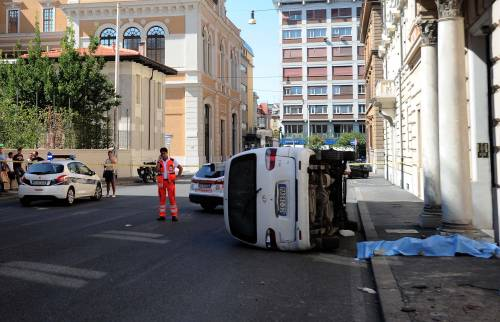 Roma, furgone travolge i passanti: morta una donna 2