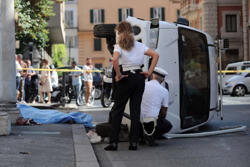 Roma, furgone travolge i passanti: morta una donna 3