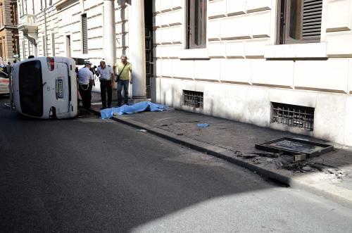 Roma, furgone travolge i passanti: morta una donna 4