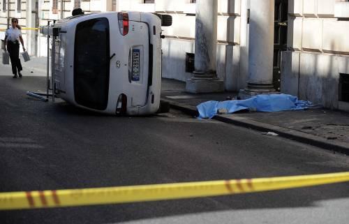 Roma, furgone travolge i passanti: morta una donna 5