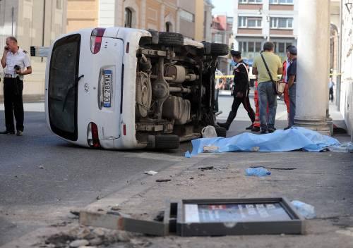 Roma, furgone travolge i passanti: morta una donna 8