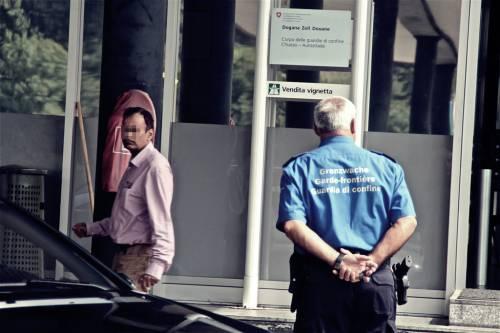"""Così la polizia svizzera rispedisce i migranti in Italia: """"Qui il clandestino non passa"""""""