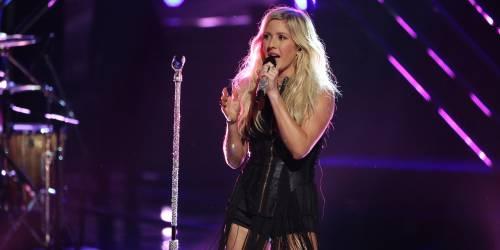 Risse al concerto di Ellie Goulding. La cantante costretta a intervenire
